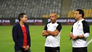 صورة حسام البدري والجهاز الفني للمنتخب المصري يحضر مباراة المقاولون العرب وسموحة