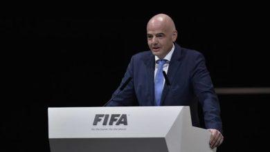 صورة رئيس الإتحاد الدولي لكرة القدم يشيد بأداء كرة القدم النسائية السعودية