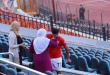 صورة لاعب منتخب الشباب المصري يشعل مواقع التواصل الإجتماعي بعد الإحتفال مع والدته في مباراة النيجر